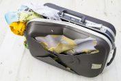 Materiales de maletas de viaje rotos por golpes